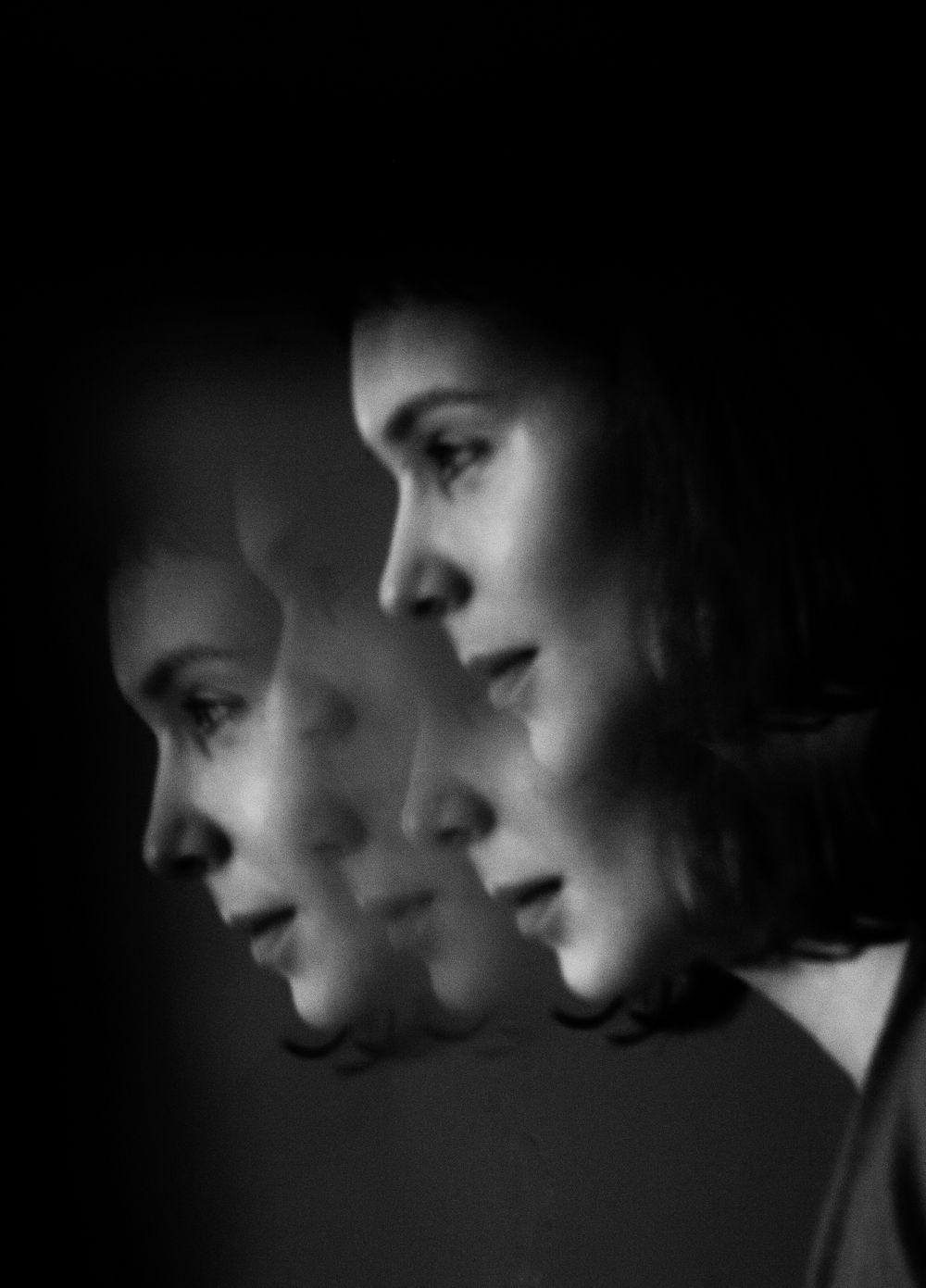 Из зеркала портрет отражение зеркало человек девушка чб лицо