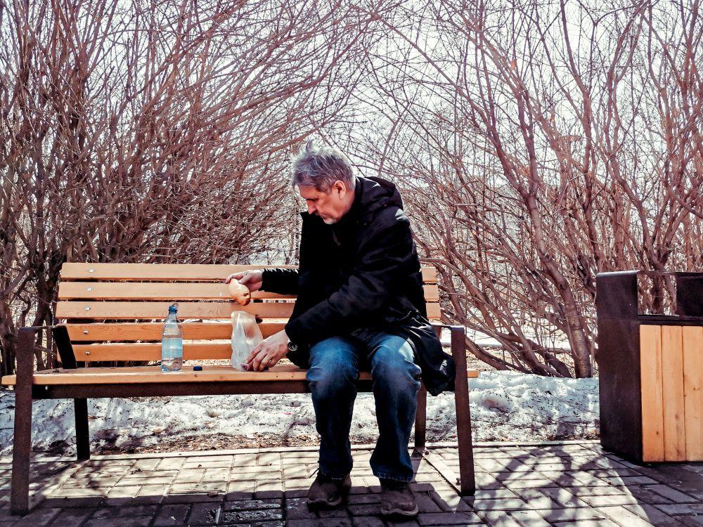 Пирожок Россия 2021 стрит фото улица наблюдения жизнь мужчина еда парк вкусно пирожок город