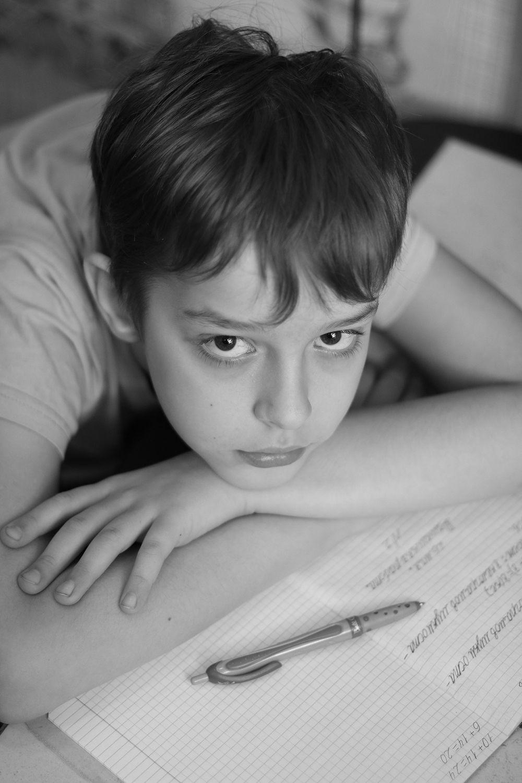 Дистанционное обучение чб портрет мальчик учеба дом домашнее задание дистанционное обучение мальчика ребенок