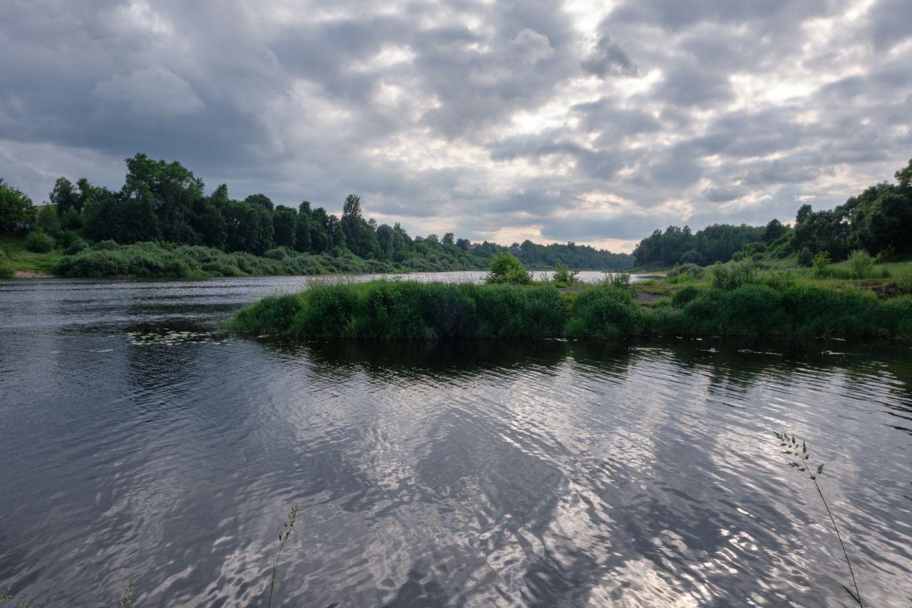 Облачно на реке река берега облака