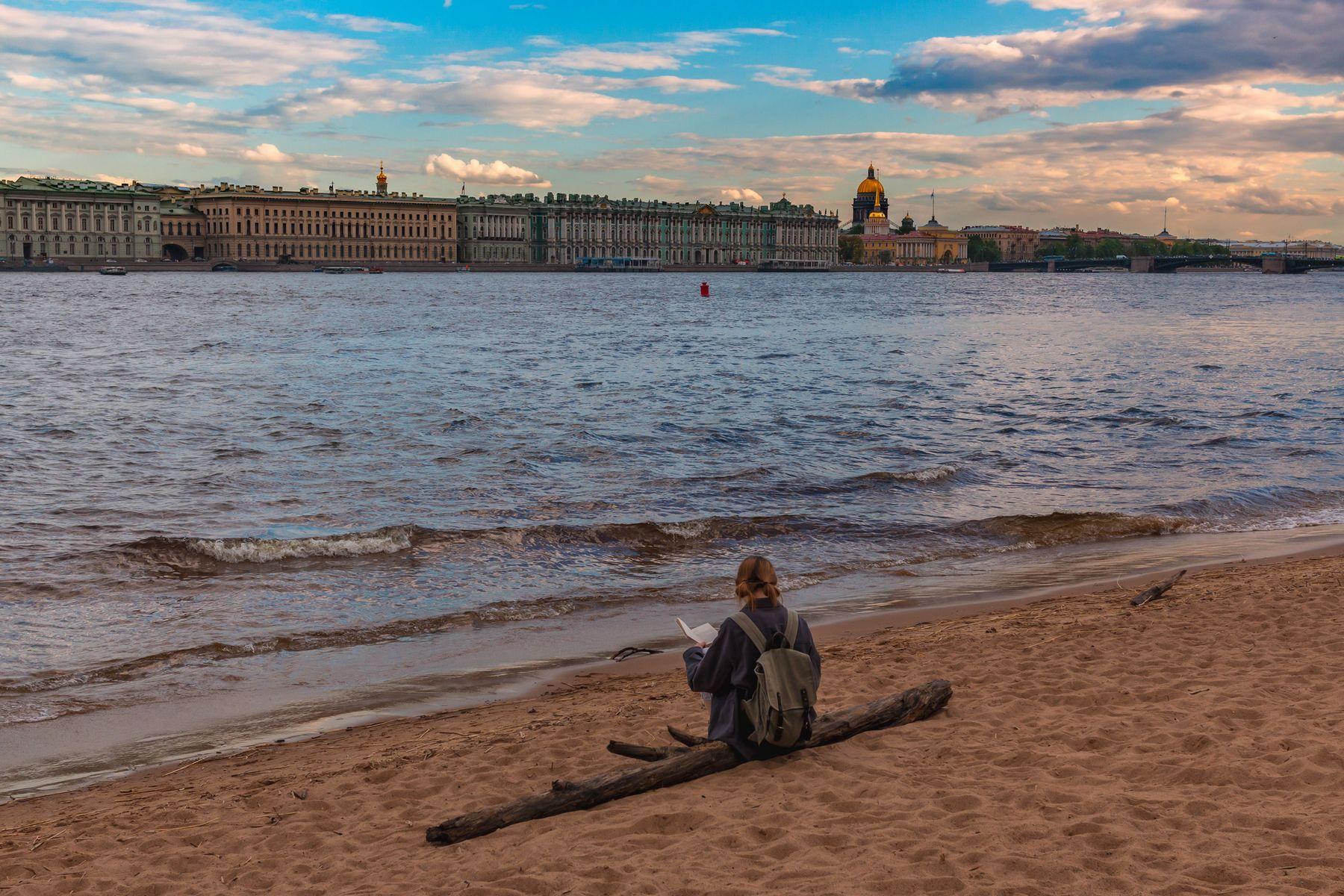 Читая о волнах у самых волн Санкт-Петербург Нева вода май небо синева песок девушка облака