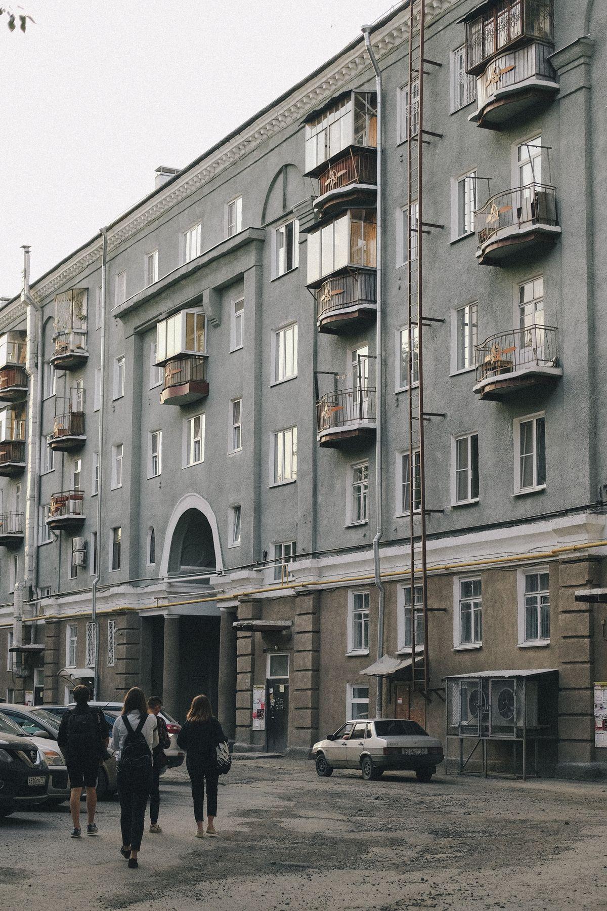 Суровые дворы Уралмаша Дворы компания прогулка пленочная