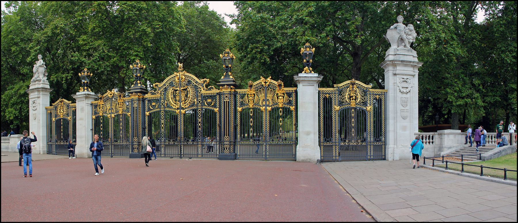 Лондон. Парк рядом с Букингемским дворецом. Лондон Букинге мский дворец Площадь Резиденция королевы Сад Ворота парка