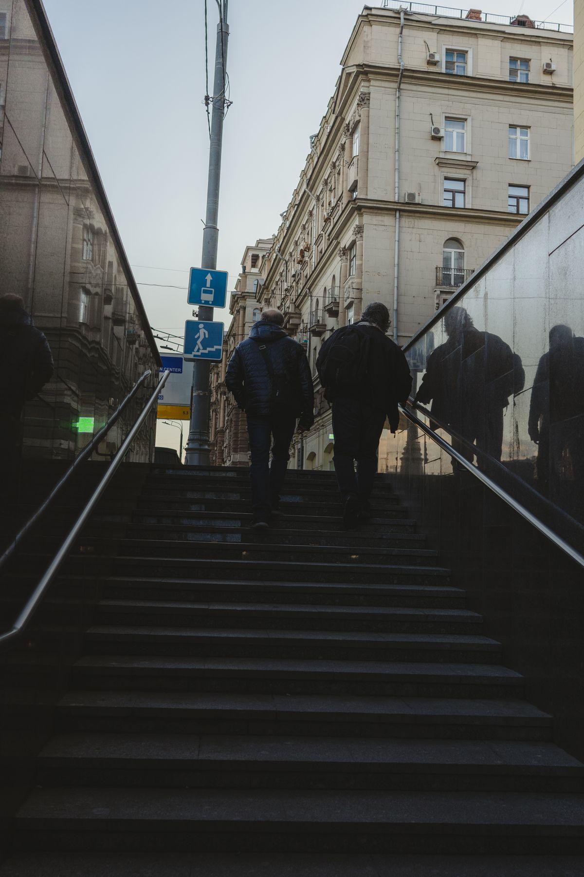 Двое москва двое метро подземный переход лестница