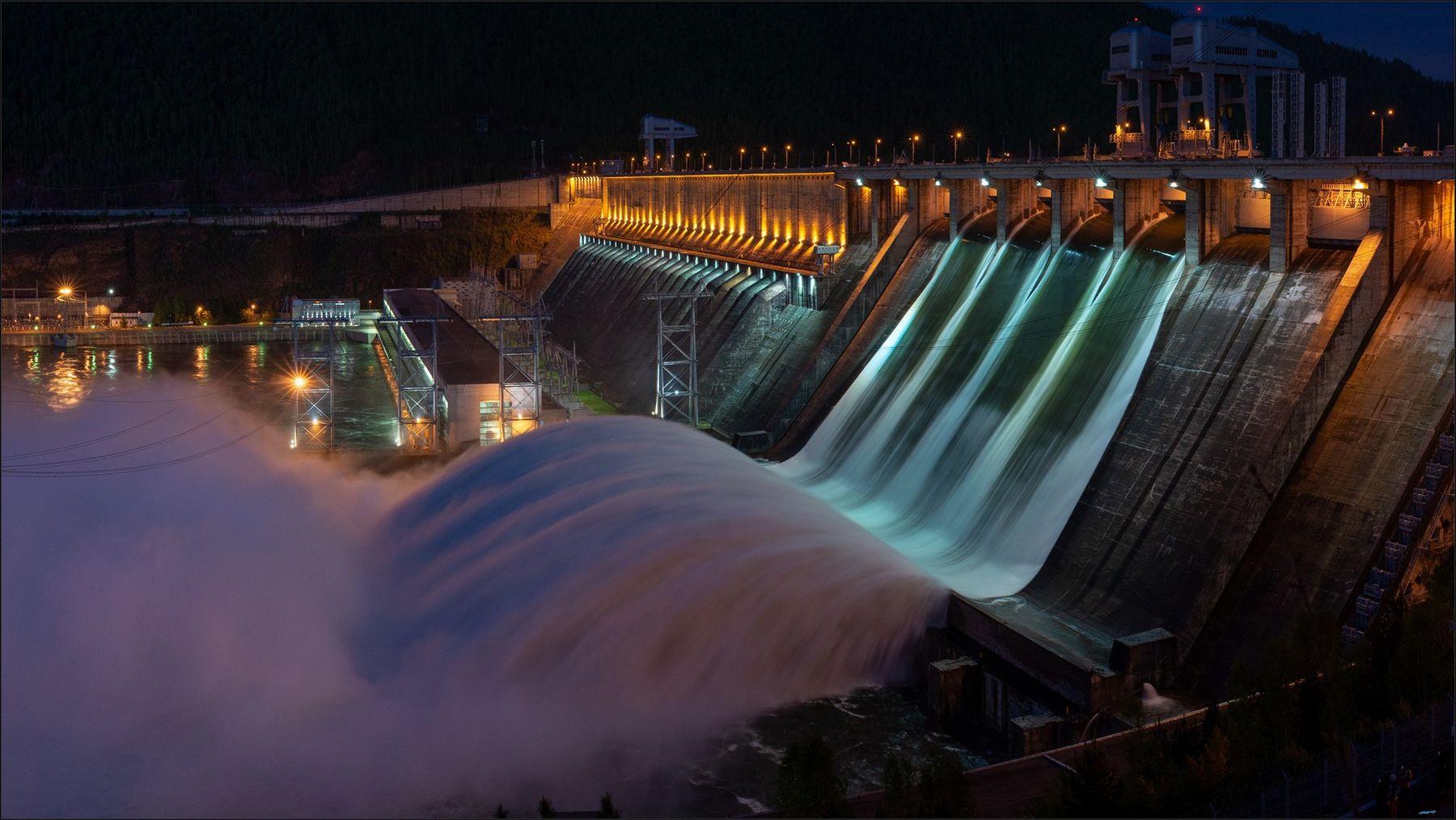 Сброс воды на Красноярской ГЭС