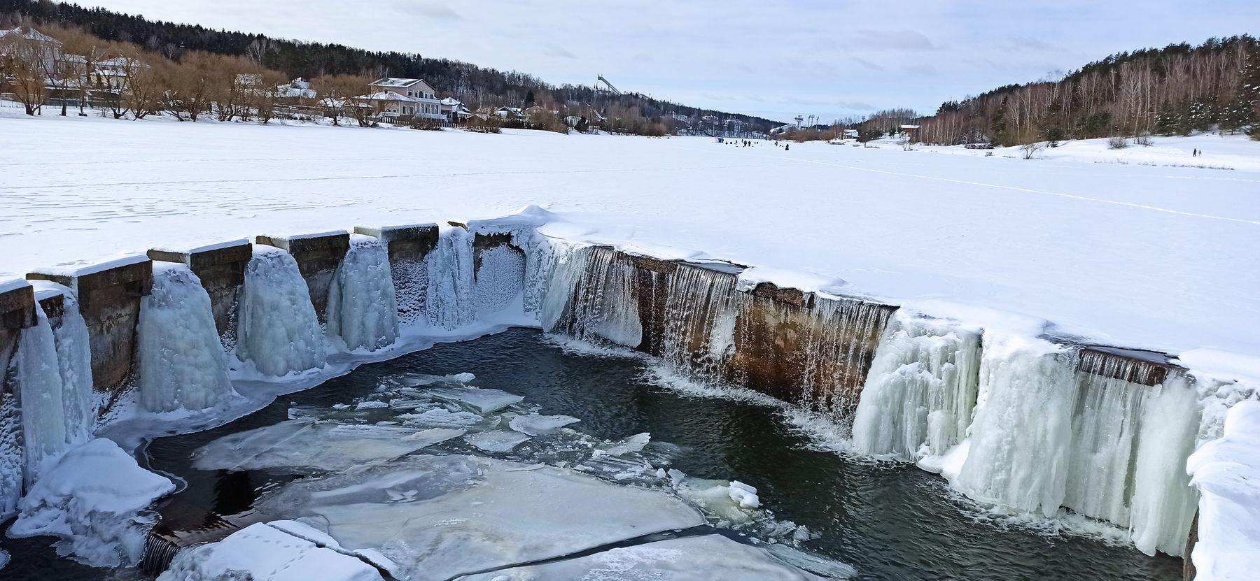 Зимний водопад или соляные столпы. зима водопад озеро мороз лёд