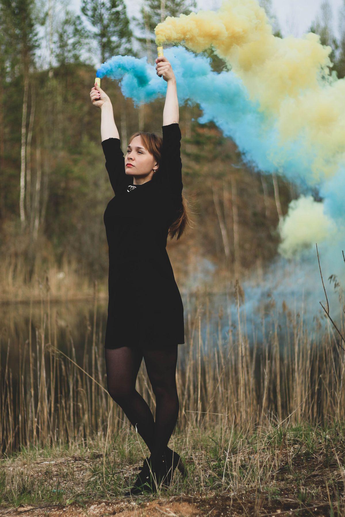Девушка в дыму девушка природа лес фотосессия дым