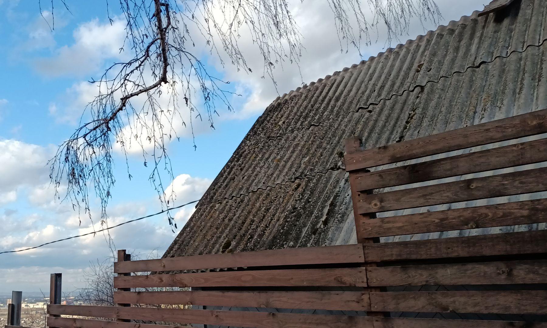 Забор Забор крыша дом деревня весна небо ветви даль