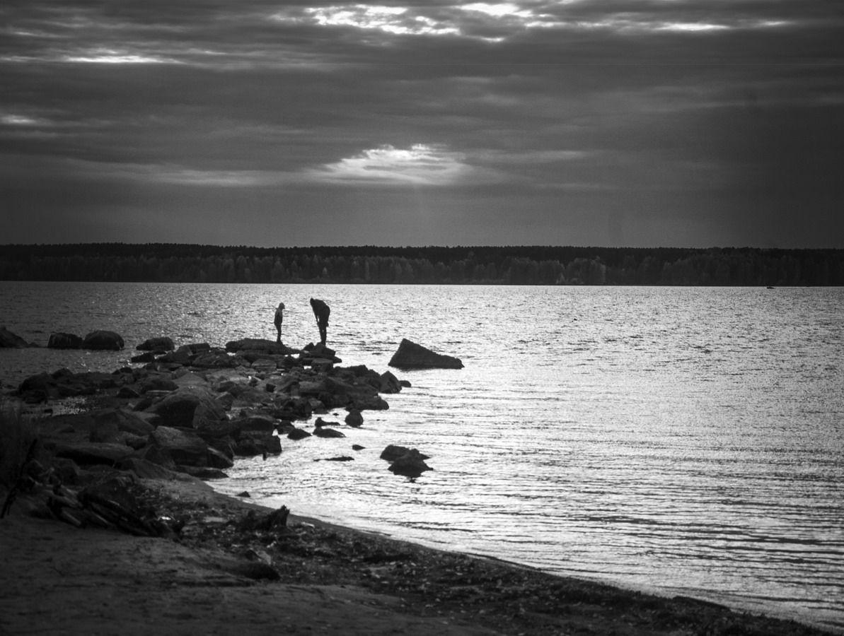 дальний луч чб озеро закат камни пляж двое