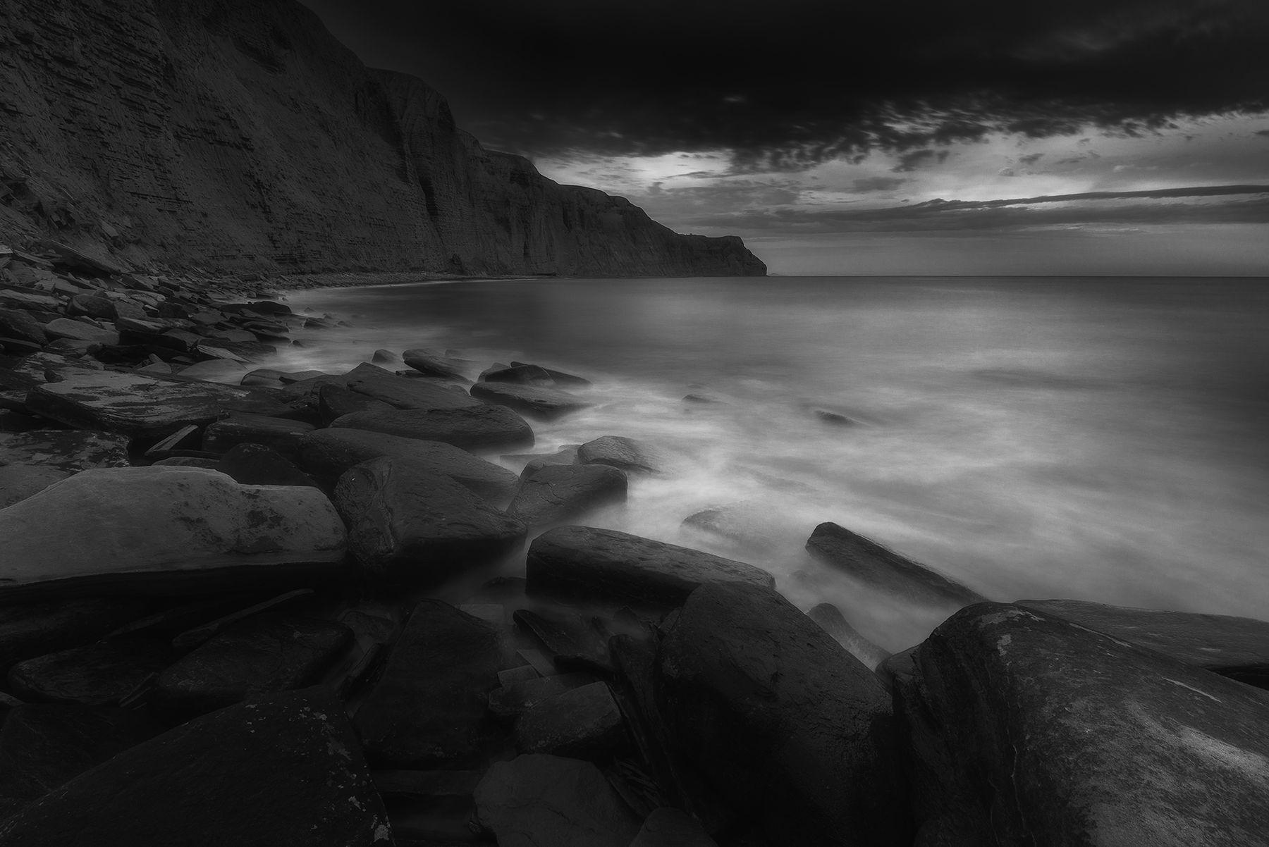 Поглащает море камни