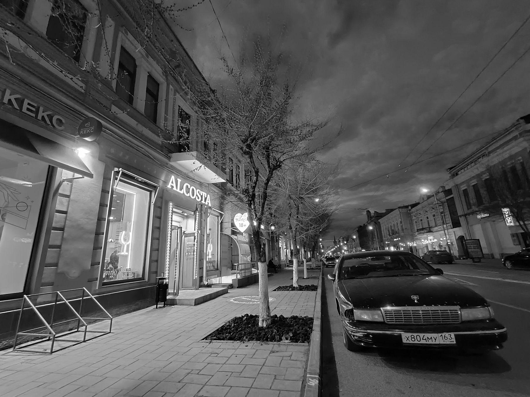 *** Город улица дома ночь огни кекс машина шевроле раритет экземпляр деревья облака небо атмосфера чёрный белый чернобелый монохром фото