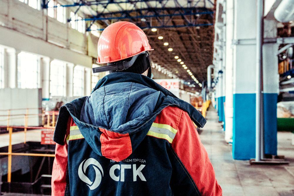 Из серии «Такая работа» работа дело профессия люди труд инсайд журналистика репортаж энергетика Россия рабочий цех сгк каска мужчина 2021 спина