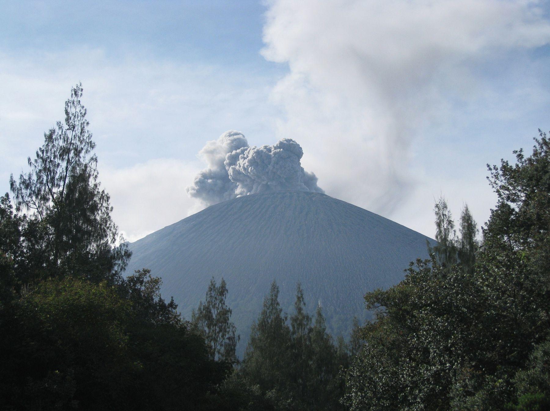 Извержение вулкана Семеру на острове Ява. Индонезия вулкан кратер горы скалы