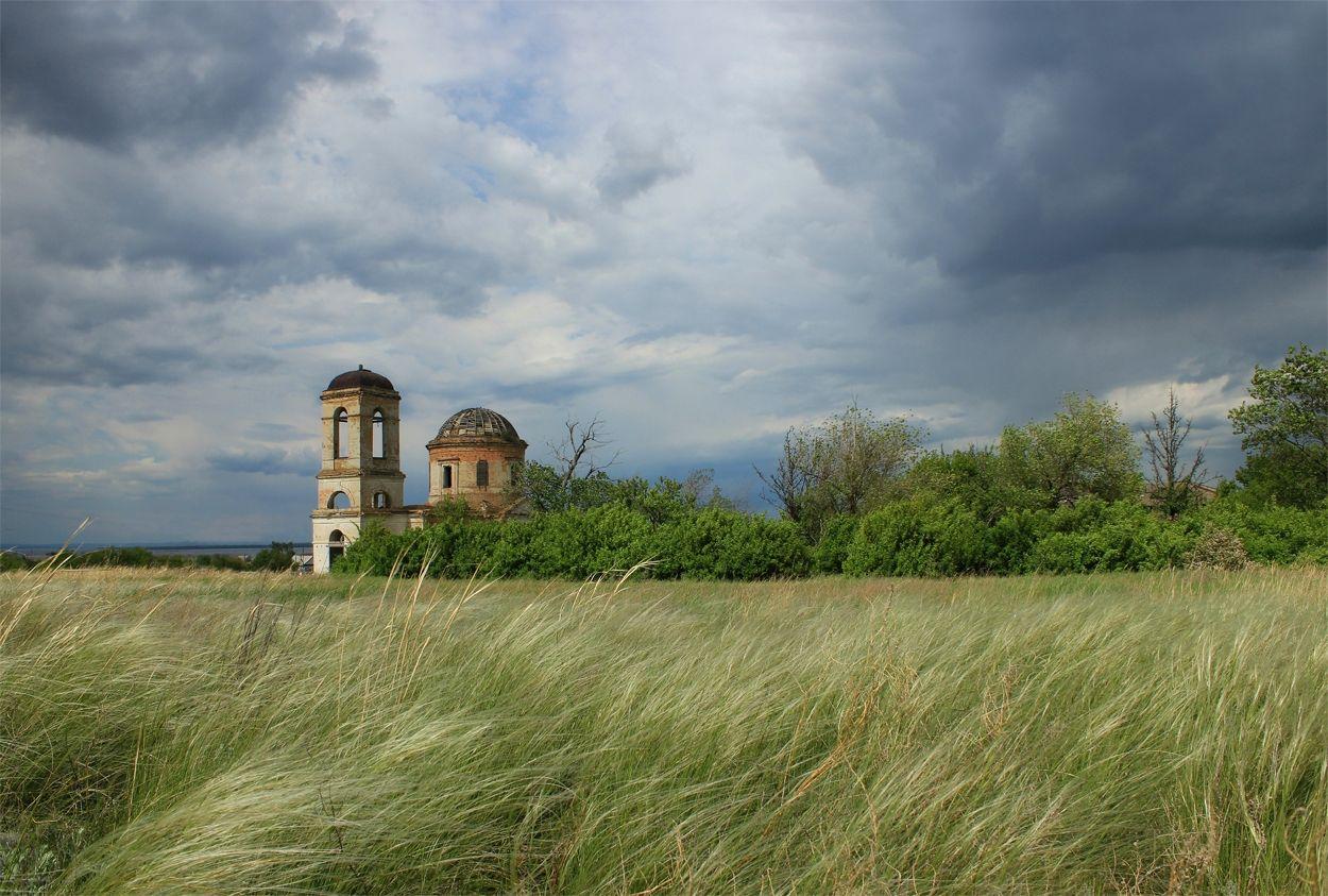 Перед дождем храм тучи Саратовская область руины православие пейзаж Красноармейский район история гроза