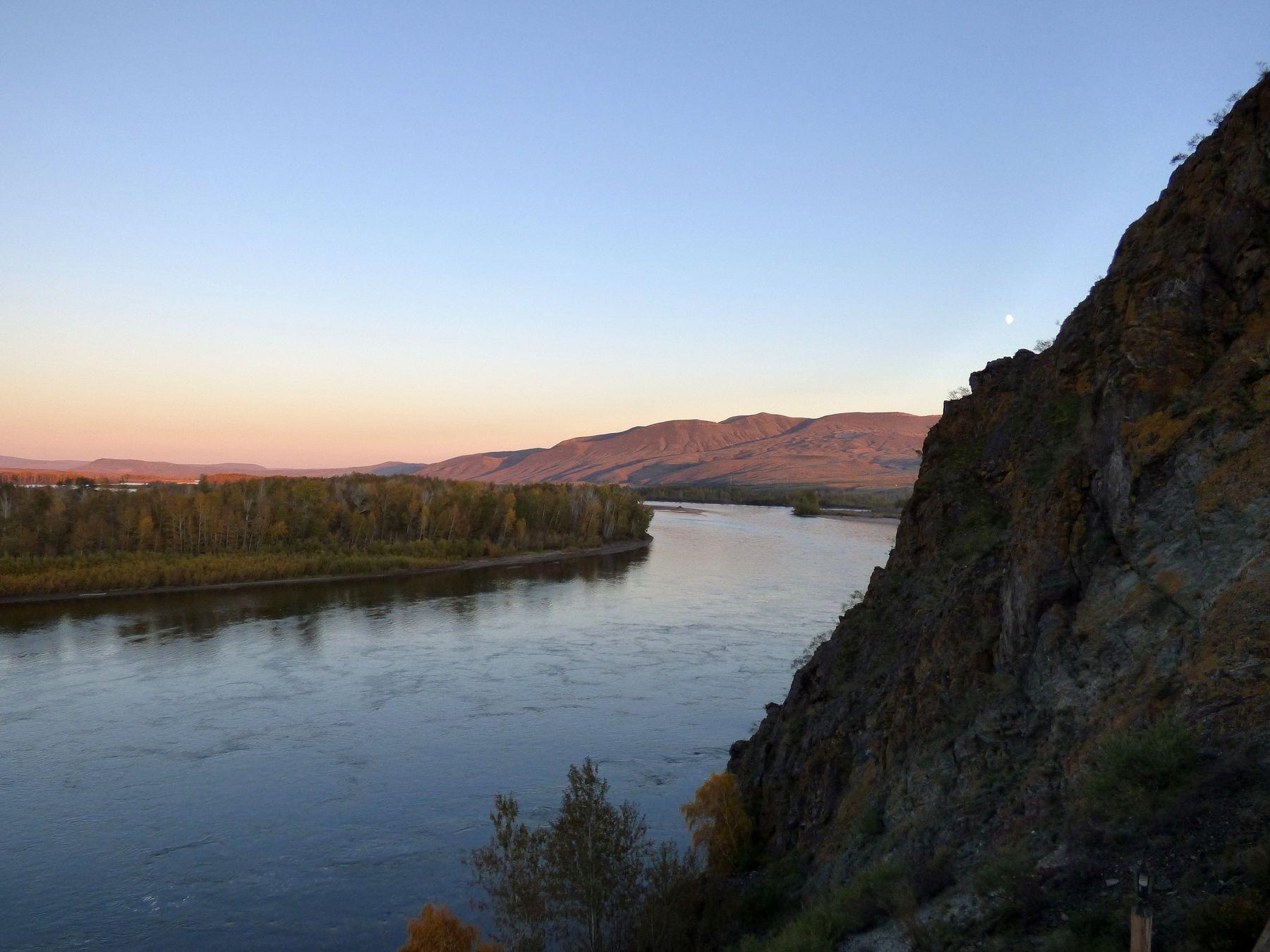 Уходящий день на Енисее река горы луна закат вода вечер