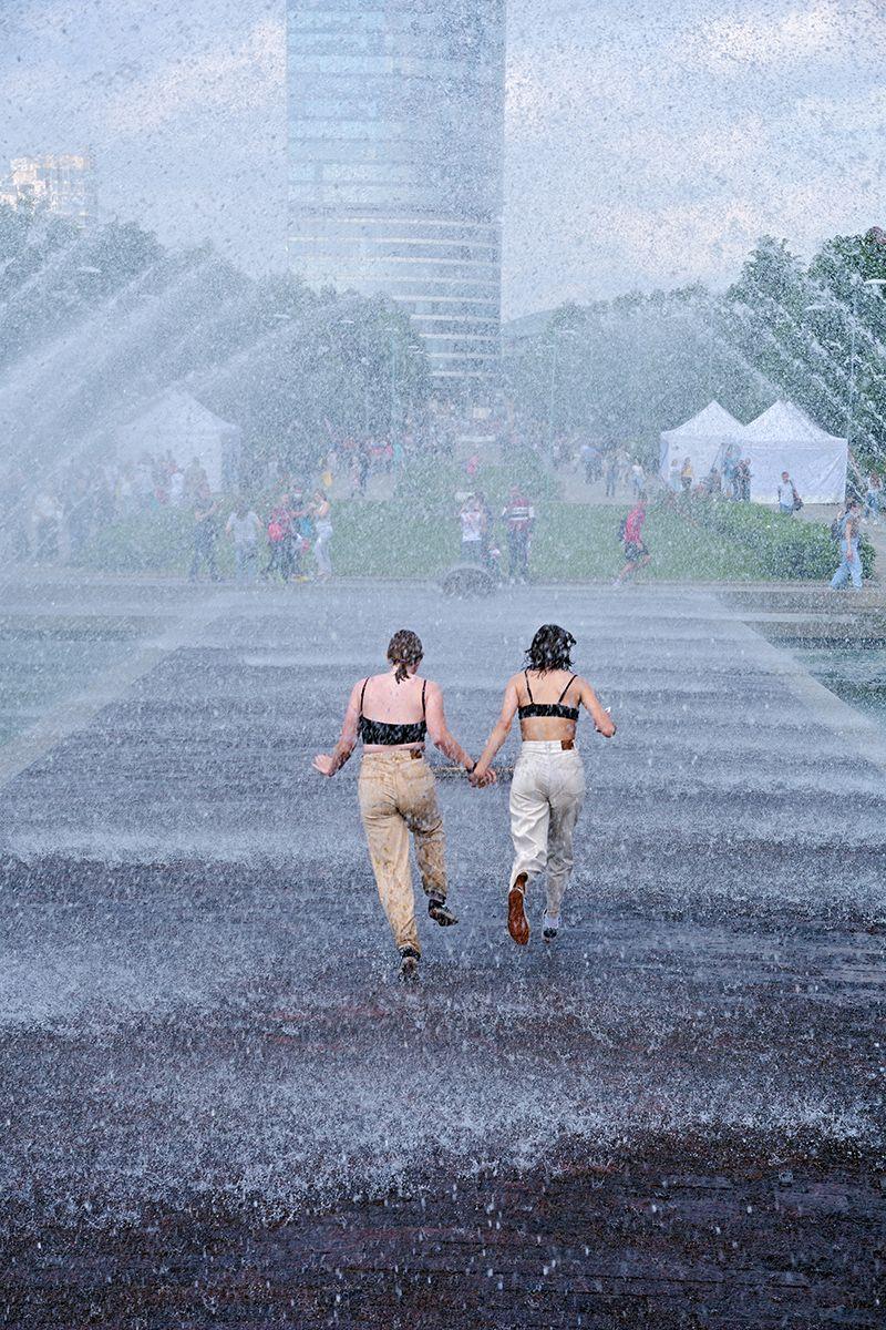 Под струями фонтана. фонтан струя вода город забег