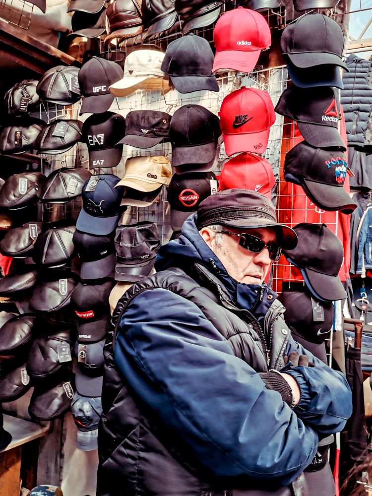 Из серии «Базарный день» Россия 2021 рынок базар покупки торговля стрит фото улица наблюдения жизнь портрет продавец торговец кепка одежда мужчина бейсболка