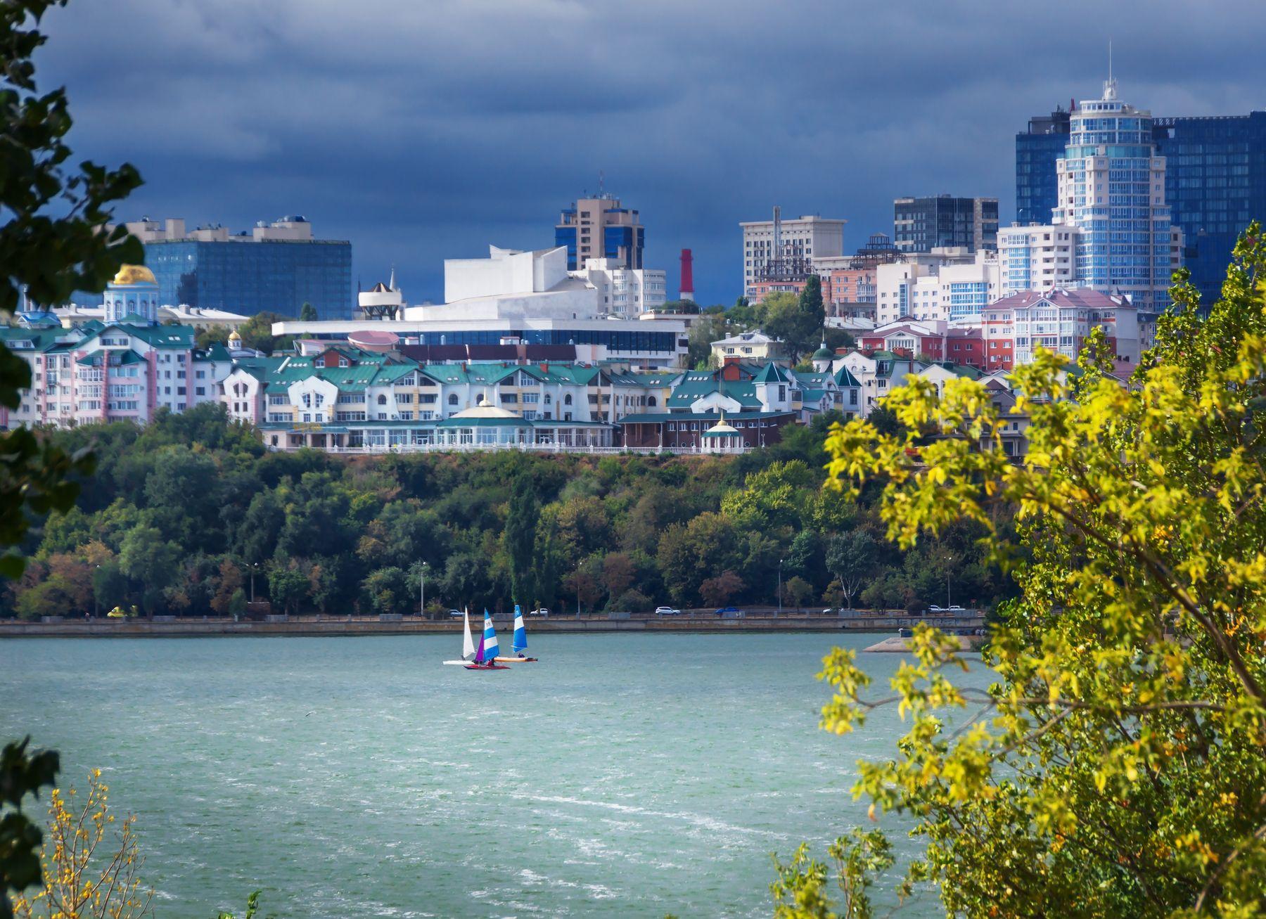В ожидании бури город пейзаж осень день туча водохранилище яхты солнце Воронеж