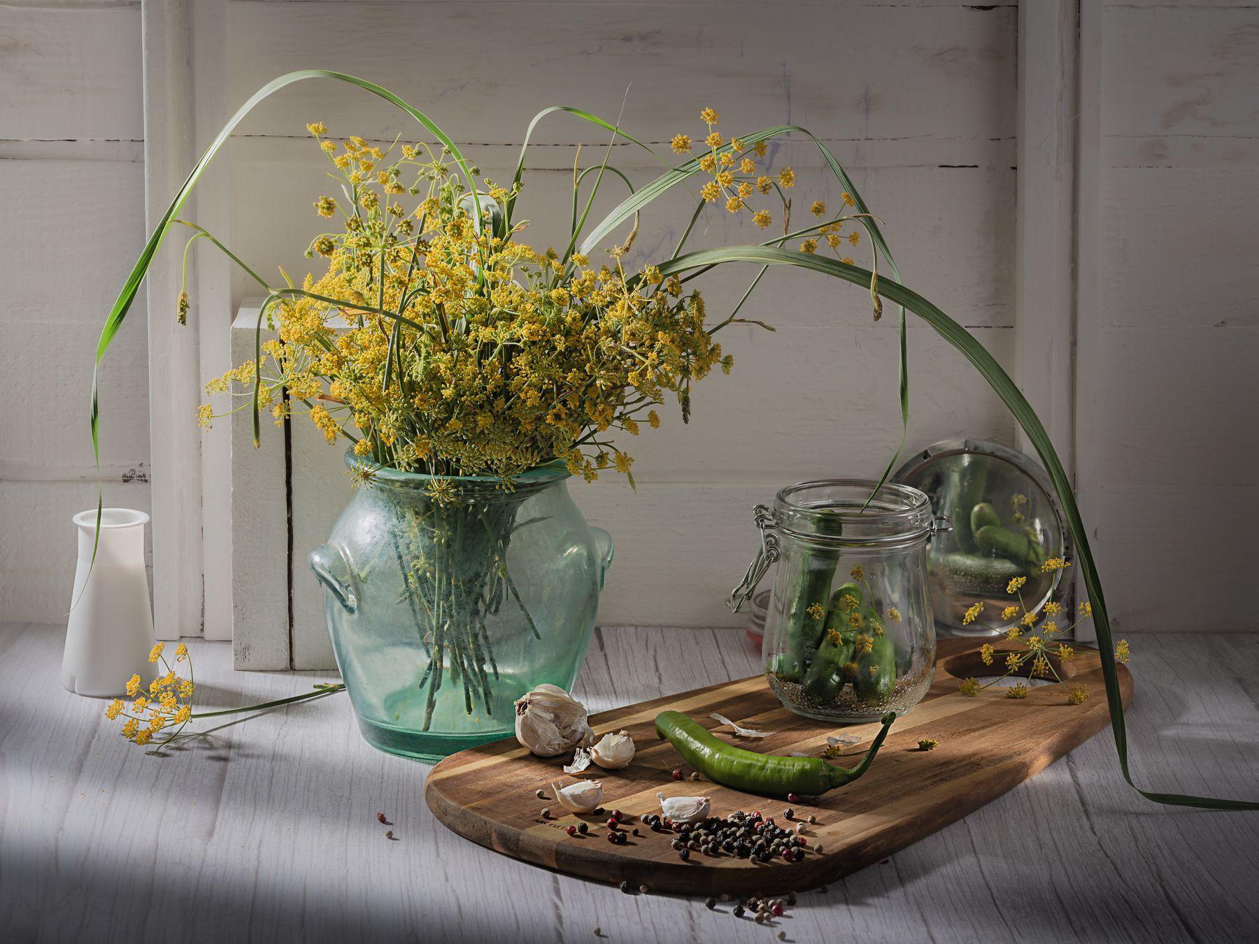 О огурцах и консервировании. Натюрморт дачный стекло овощи огурцы укроп зеркало перец чеснок
