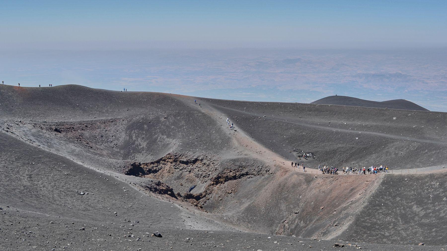 Спящий кратер Этны. Вулкан Этна кратер туристы