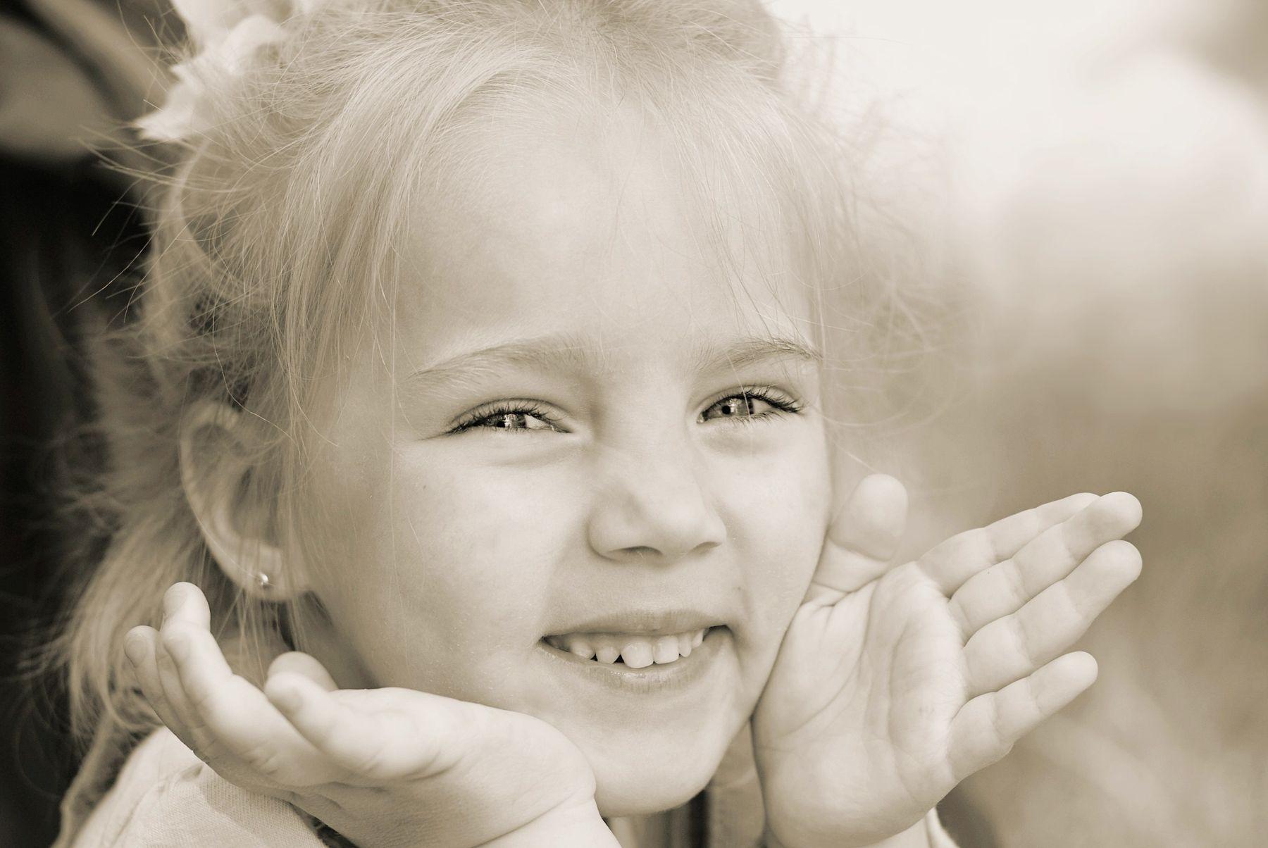 Ку-ку! ребенок девочка играет улыбка
