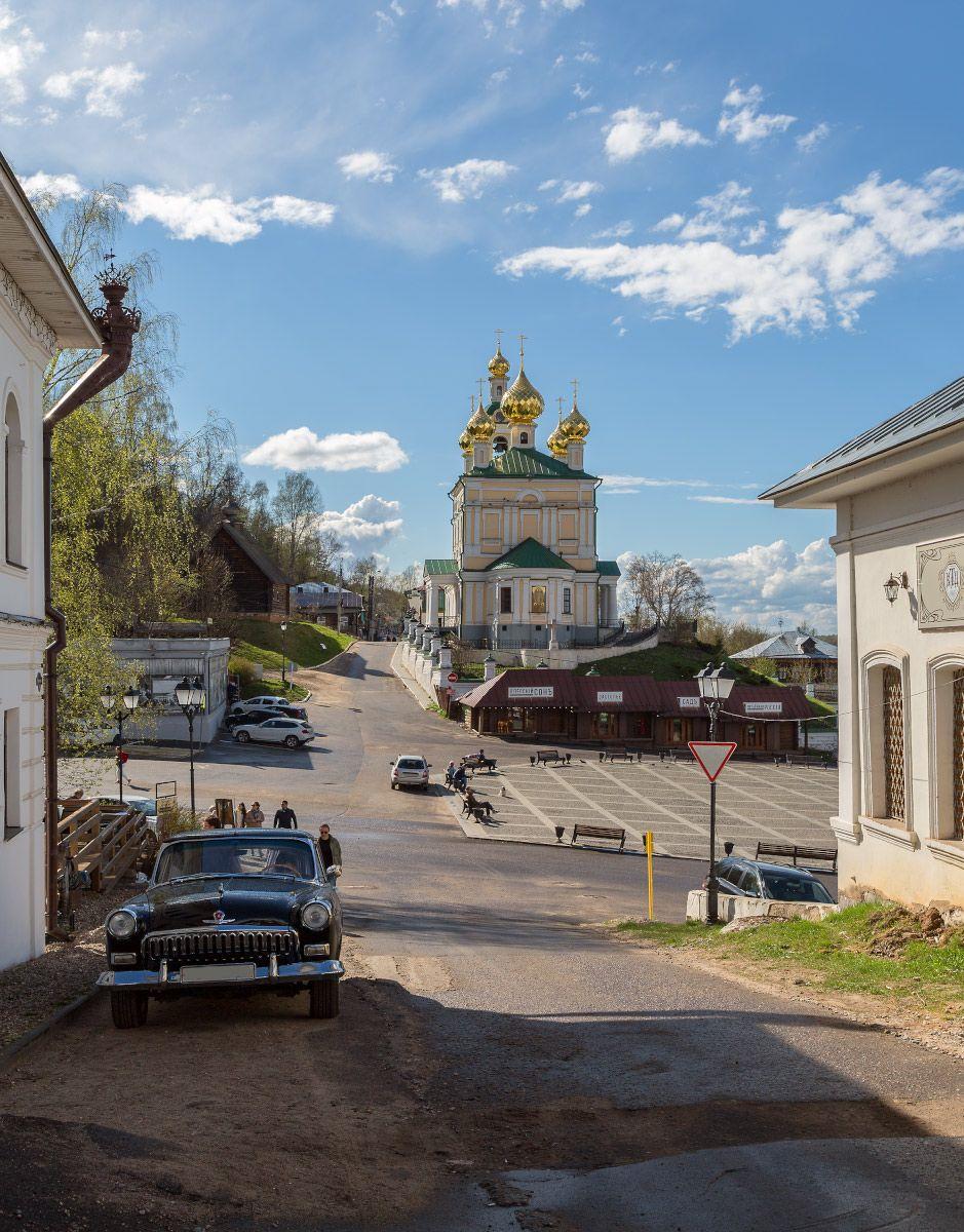Сплетение времён... город старина современность храм площадь машина Волга Плёс весна май