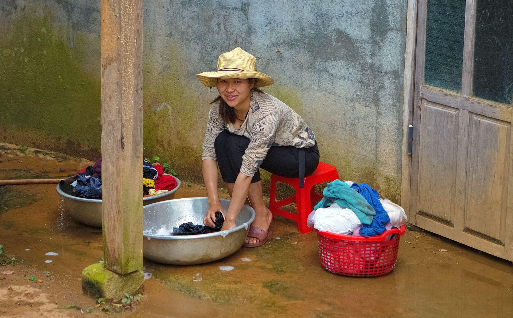 Хозяйка Вьетнам быт стирает девушка