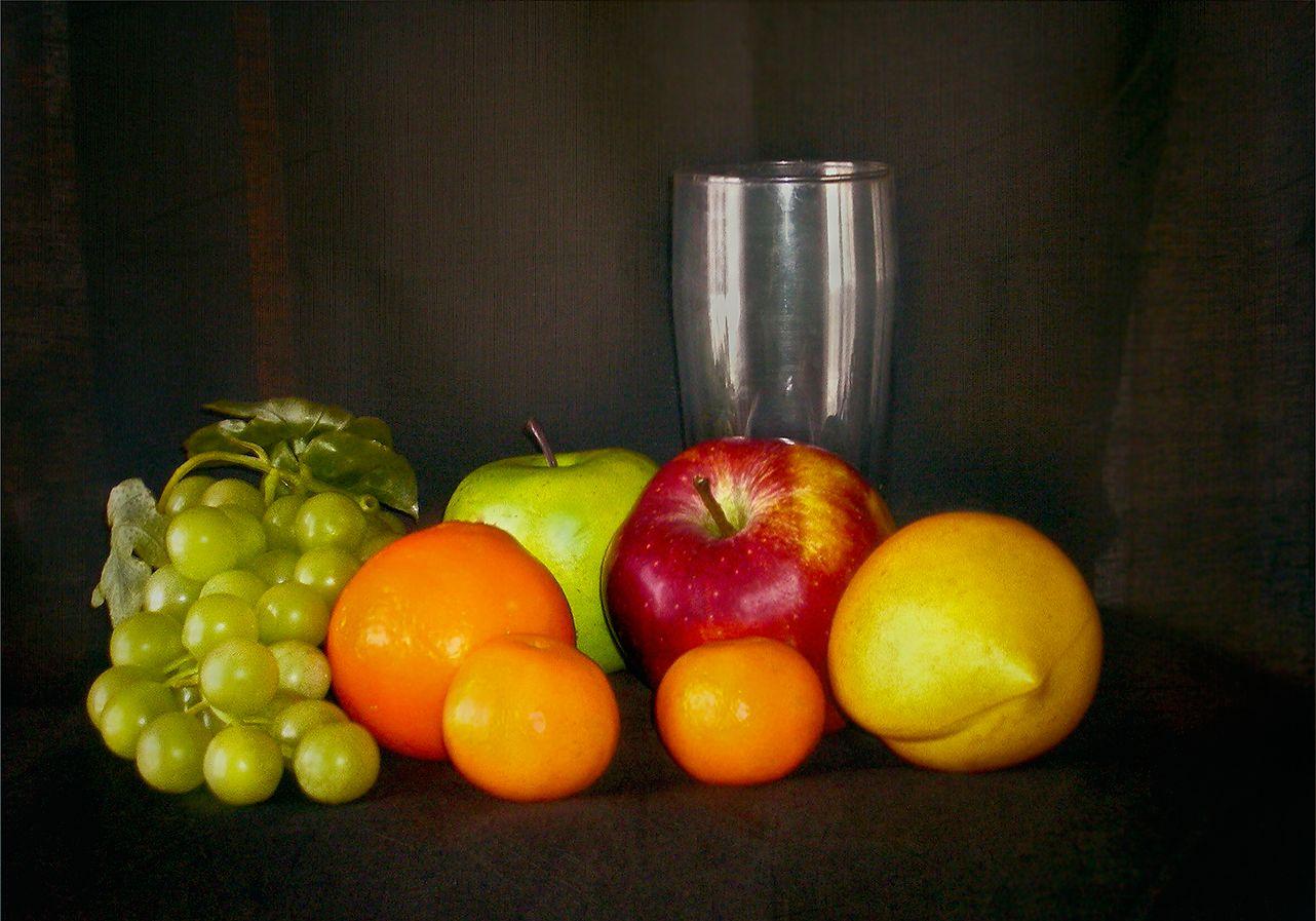 Учебный натюрморт с плодами яблоки мандарины апельсин виноград лимон бокал этюд