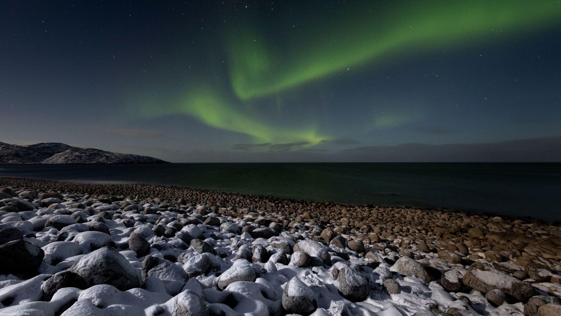 Северное сияние над каменным пляжем териберка ледовитый океан баренцево море север русский пляж скалы длинная выдержка