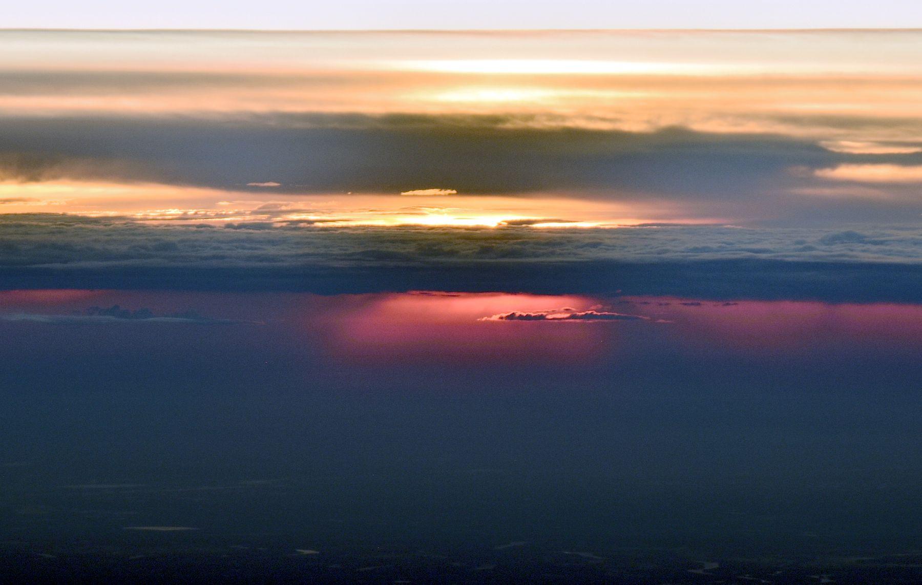 Рассвет в небе над Восточной Сибирью