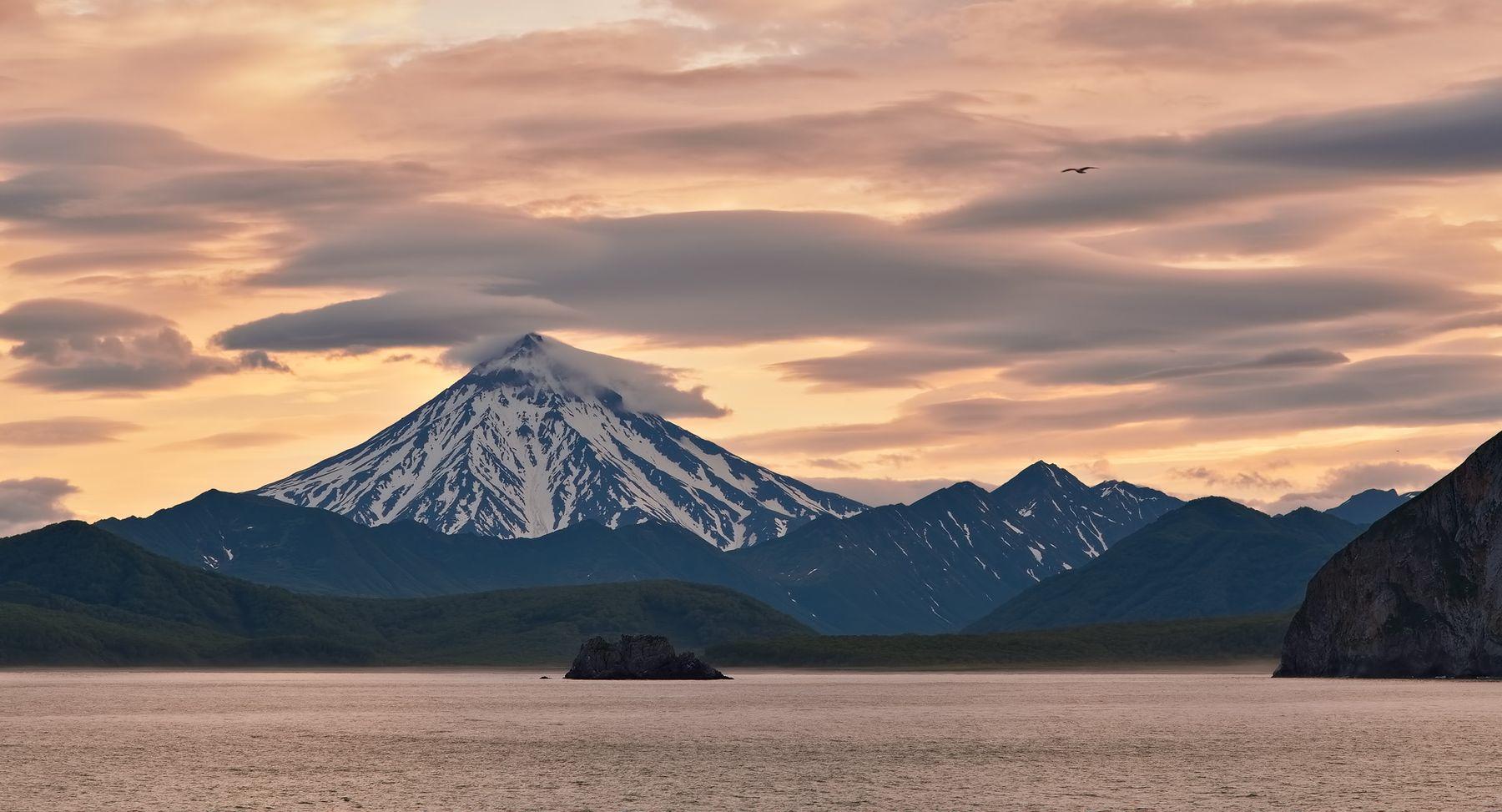 вечер в кремовых тонах берег вечер рейд вулкан Вилючинский летняя Камчатка