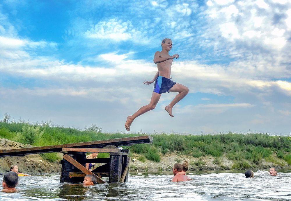 Летнее купание в большой луже лужа карьер пруд купание дети лето