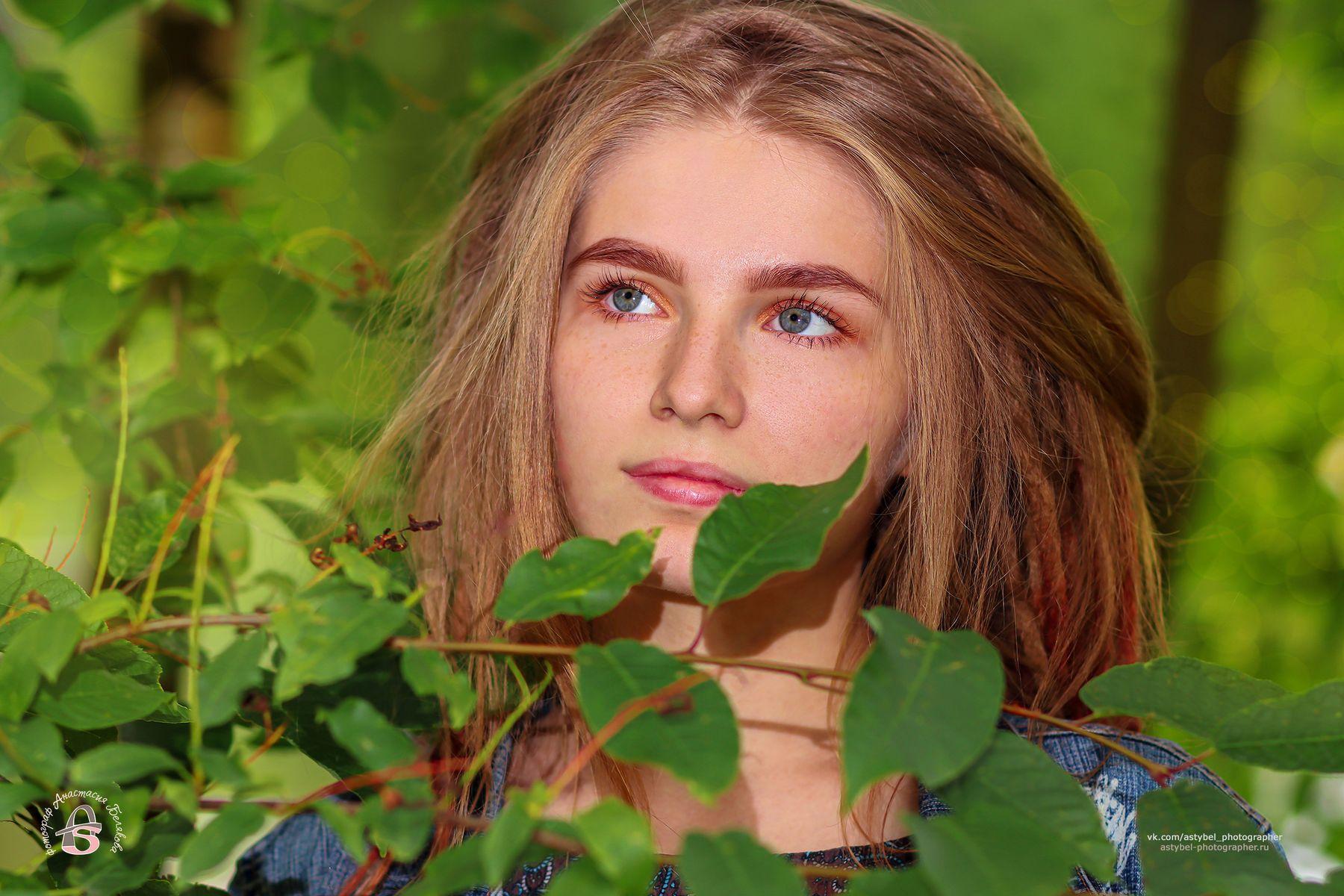 Портрет девушки в листве девушка дреды красотка зелень лето парк портрет листва куст красавица модель