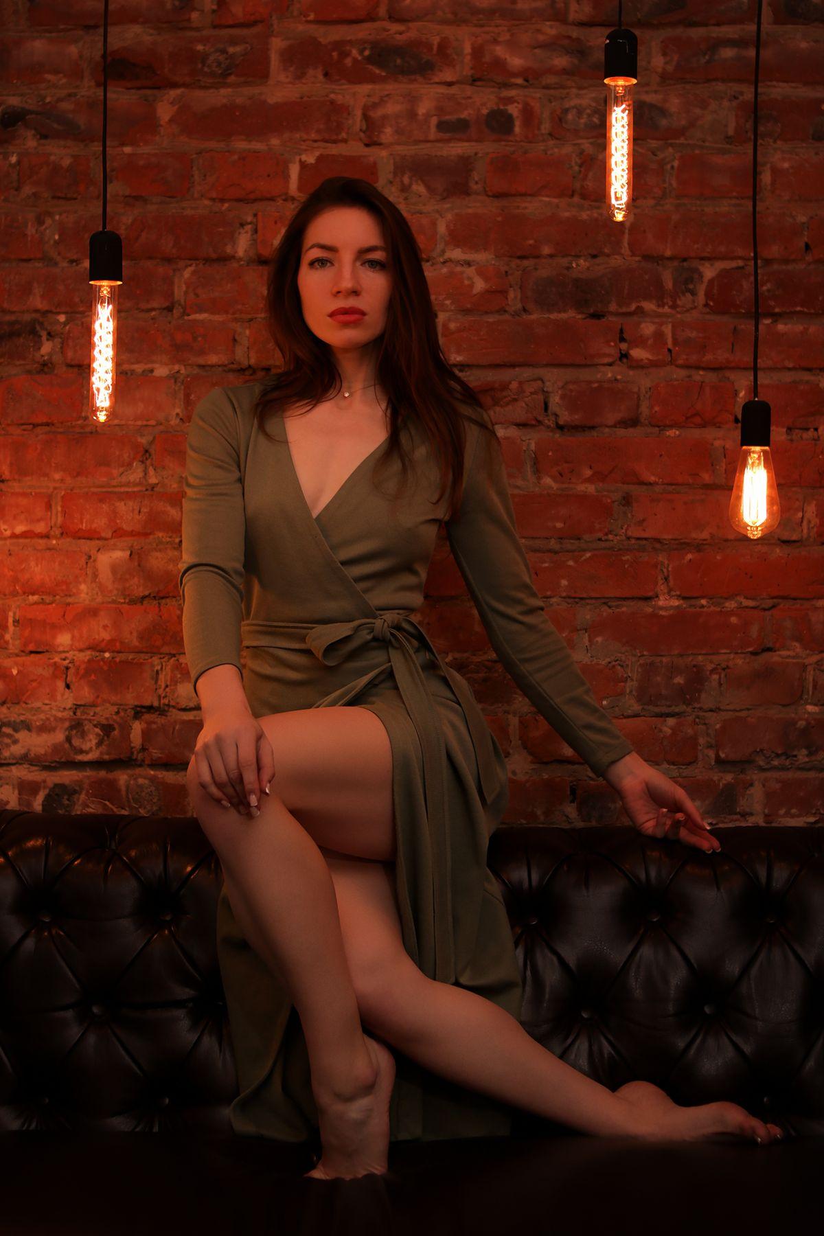 В теплом свете ламп девушка лампы студия