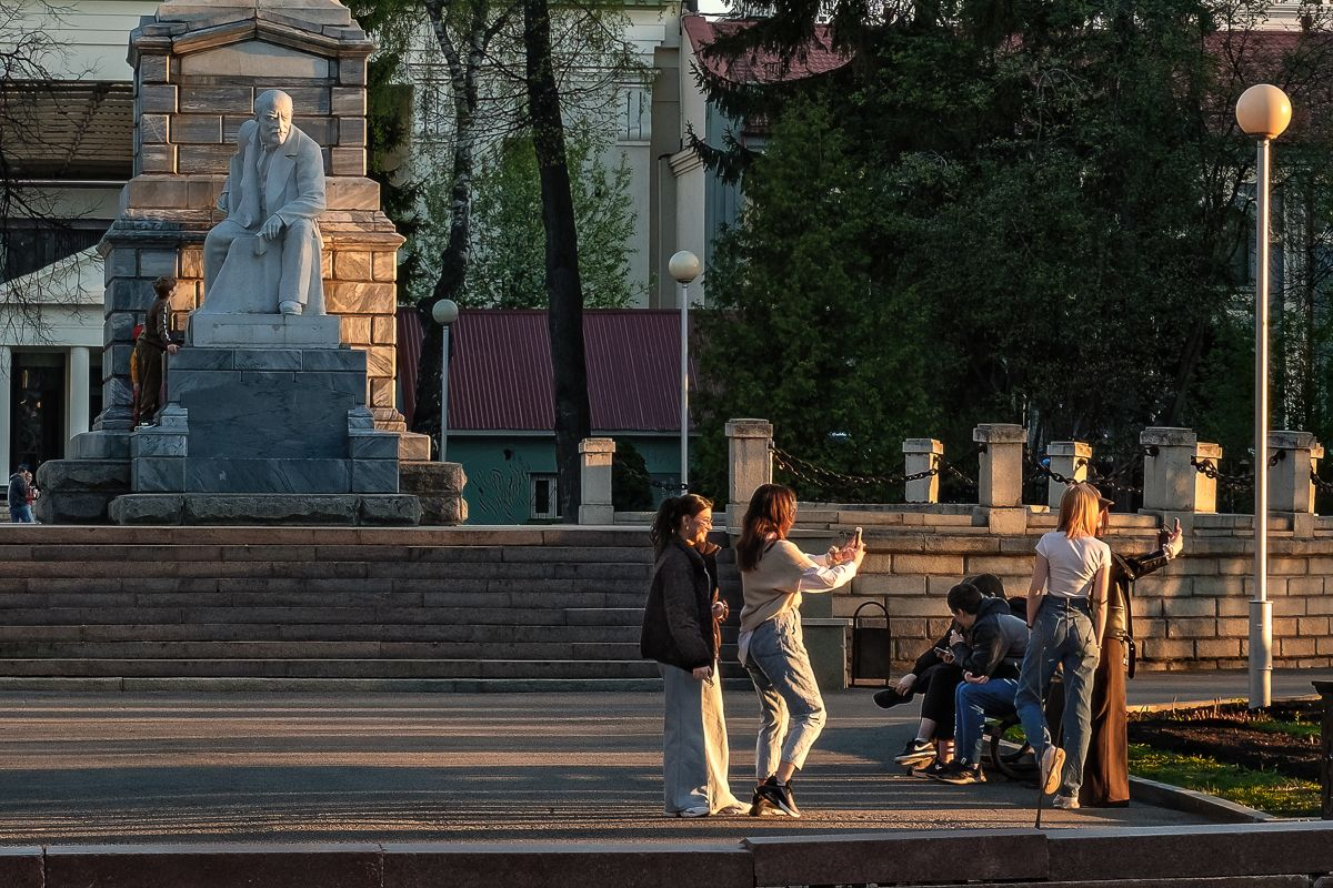 Под лучистым взглядом, с прищуром ... улица люди закат памятник Ленину