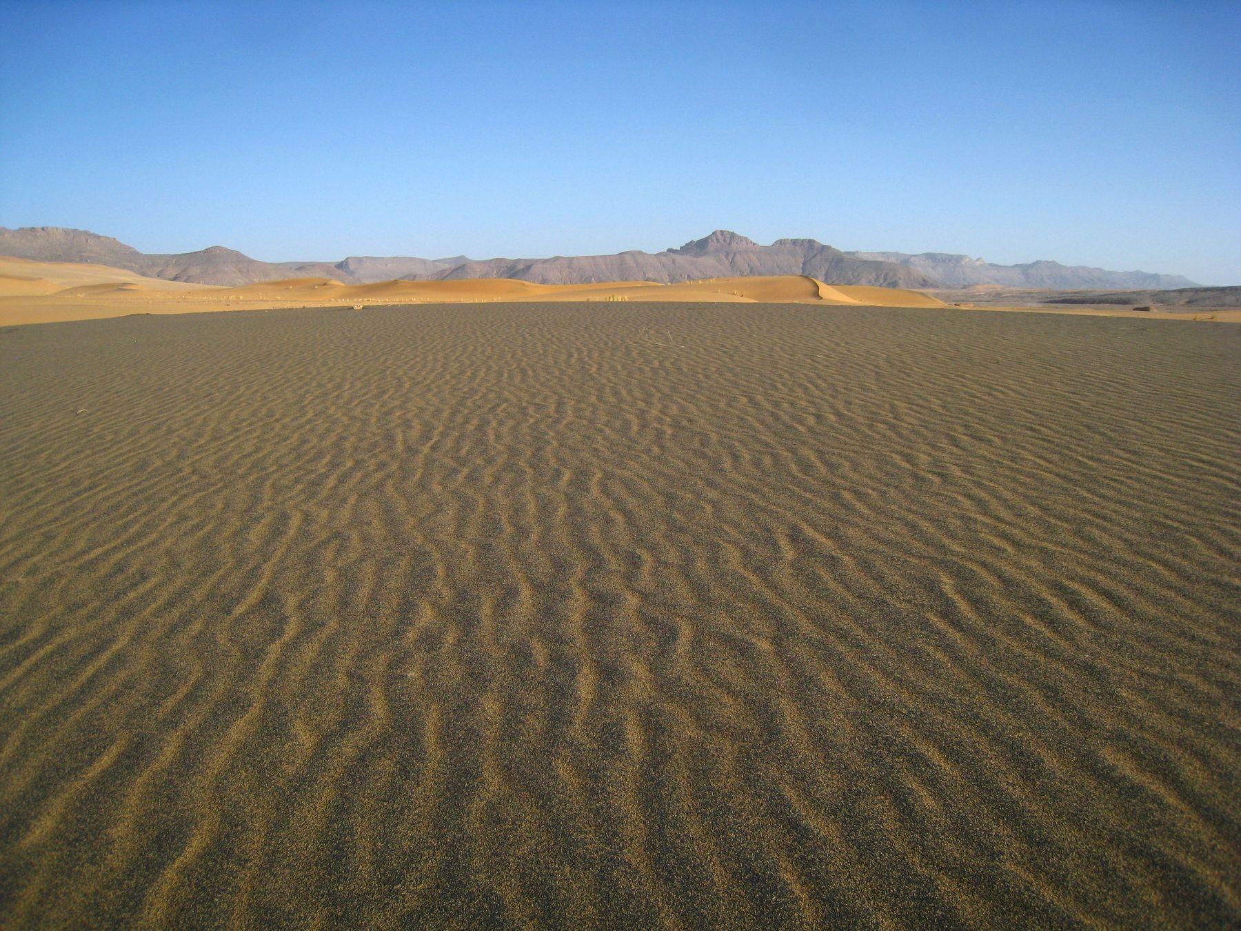 Большая редкость в Сахаре - дюна с тёмным песком. Алжир пейзаж скалы