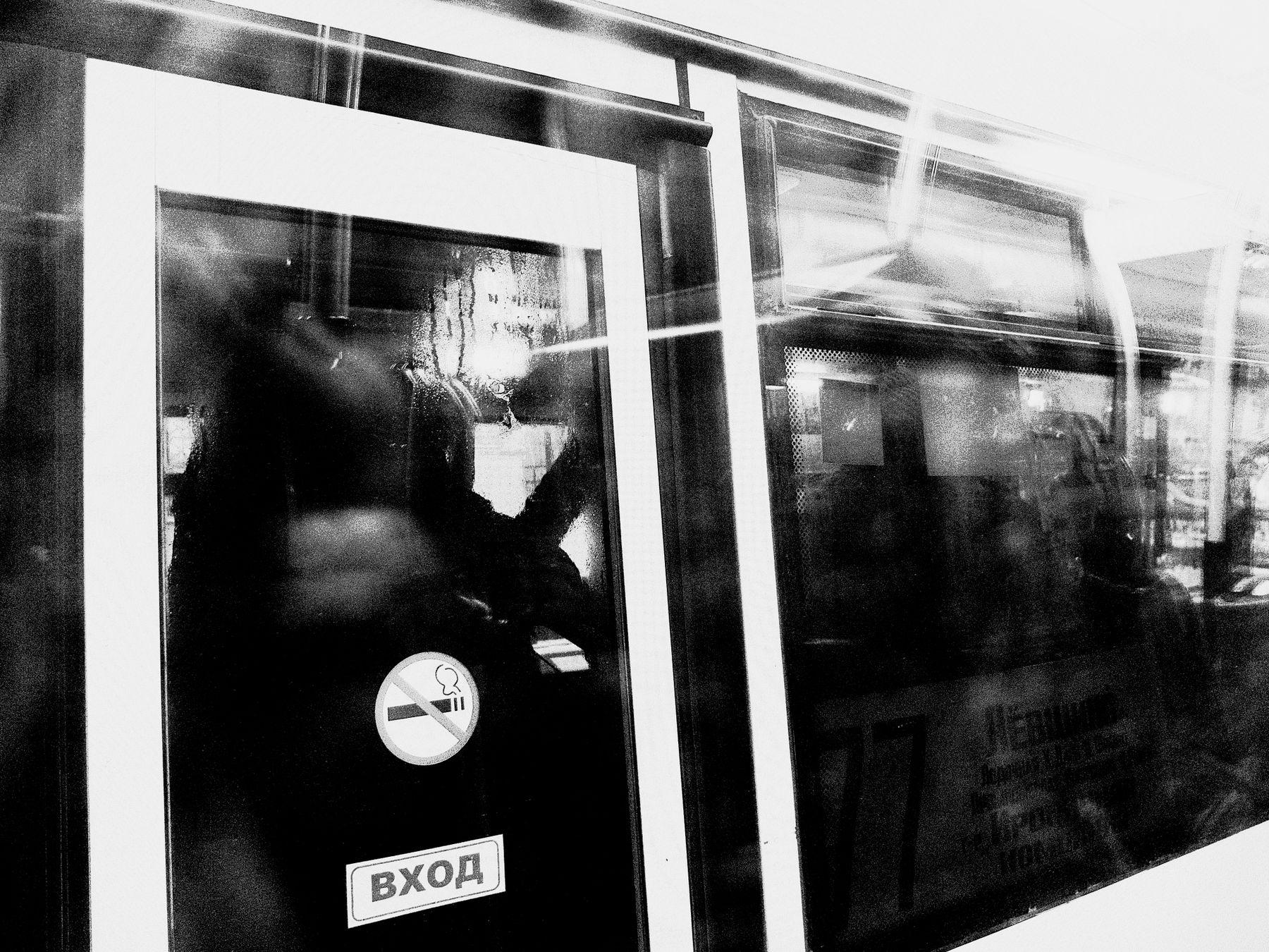 Встречный автобус город утро окно автобус блики отражение Шварц
