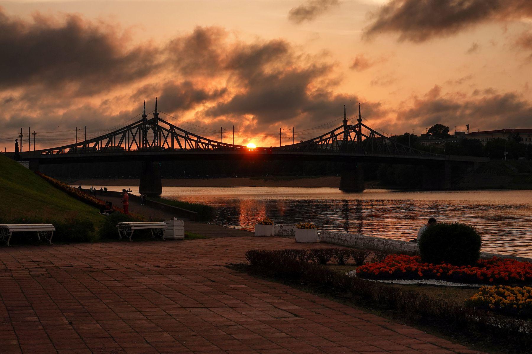Милый мой город печали и слёз... антонмазаев antonmazaev тверь tver город закат пейзаж силуэт облака мост река волга