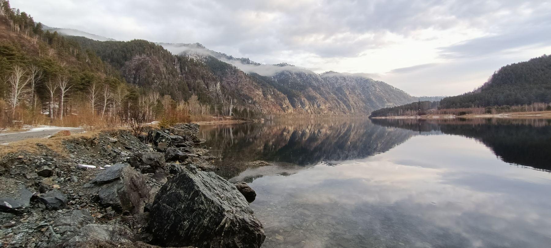 Енисей Природа река горы облака небо в воде раннее утро на реке отражение камни Сибирь домик далеке маленький даль