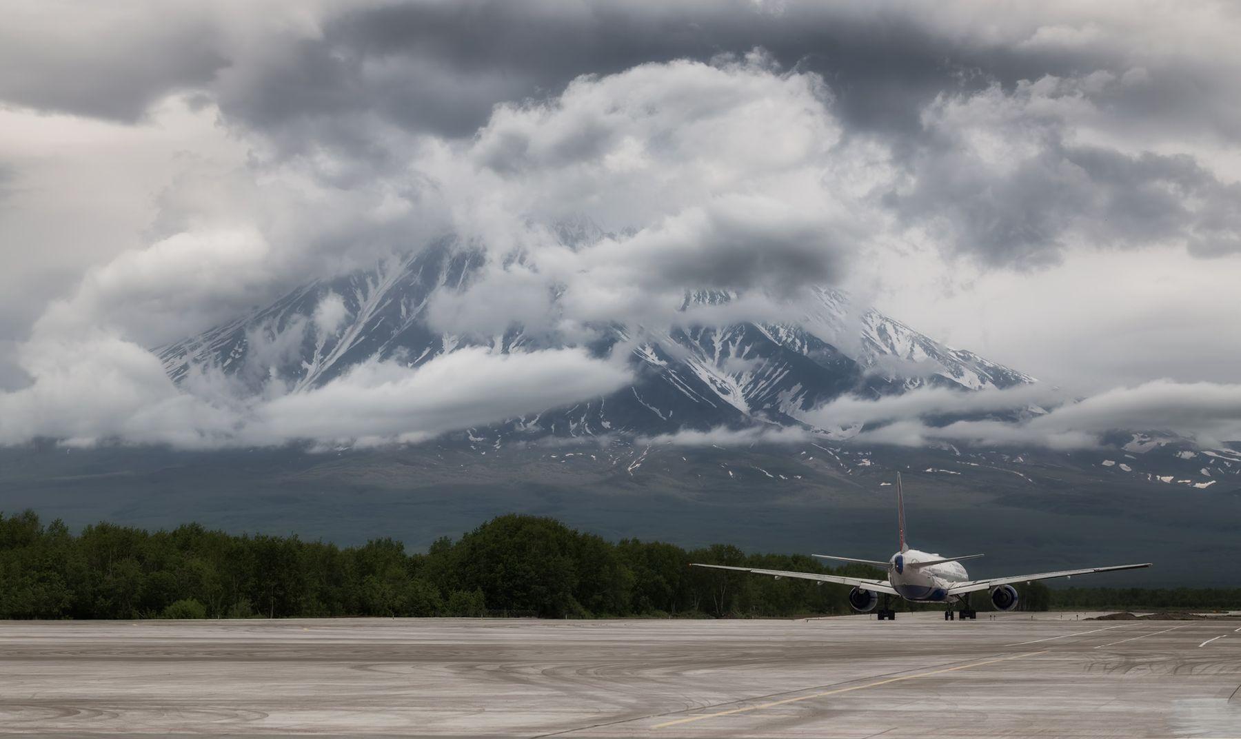 на взлёте вулкан Камчатка лето самолет тучи аэропорт Елизово