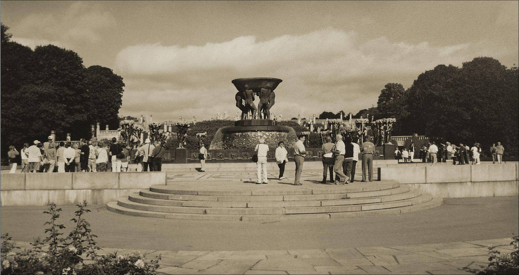 Центральная площадь Парка скульптур Вигеланда в Осло