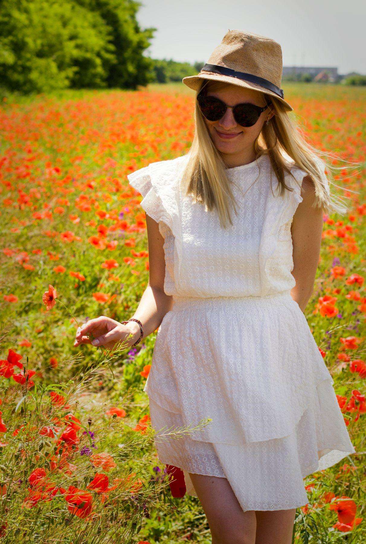 Маки Маковое поле девушка солнечный день цветущие цветы