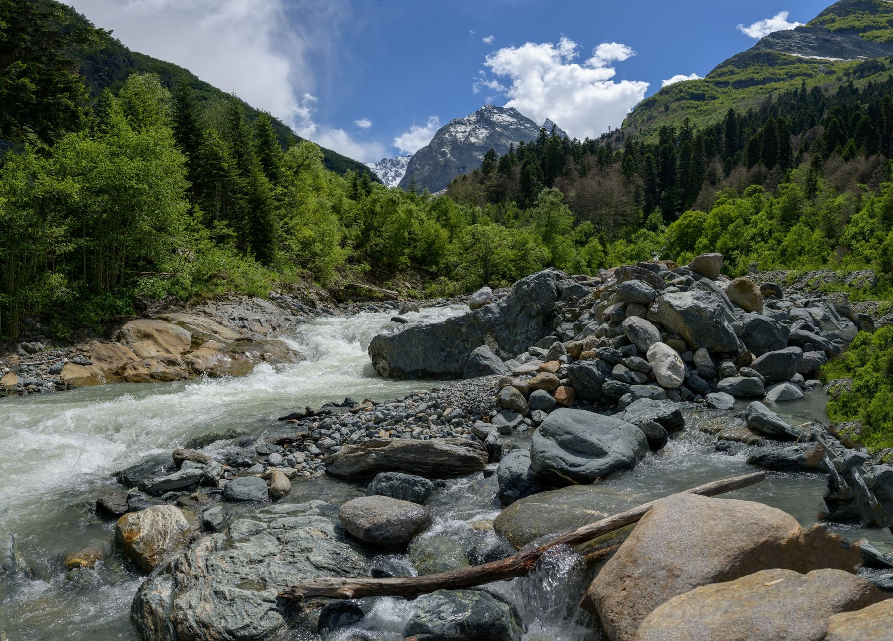 Река Аманауз горы река лето камни облака день