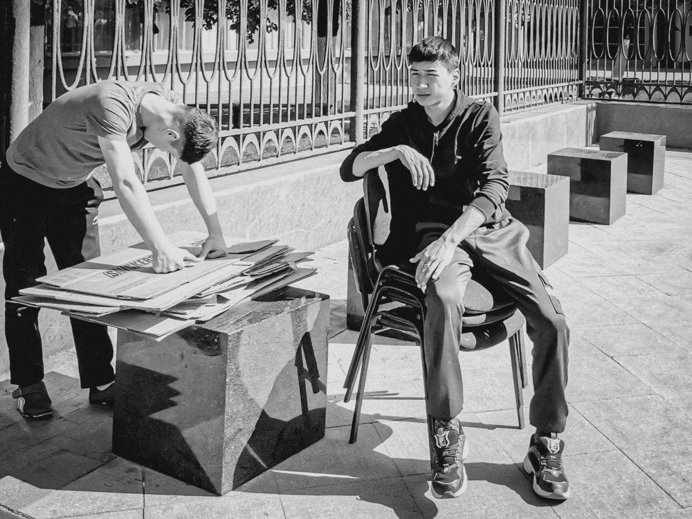 Из серии «Уличная экзистенция» Россия 2021 стрит фото улица люди фотограф наблюдения экзистенция город архитектура урбанистика стул сидеть парни ждать картон кубики много множество