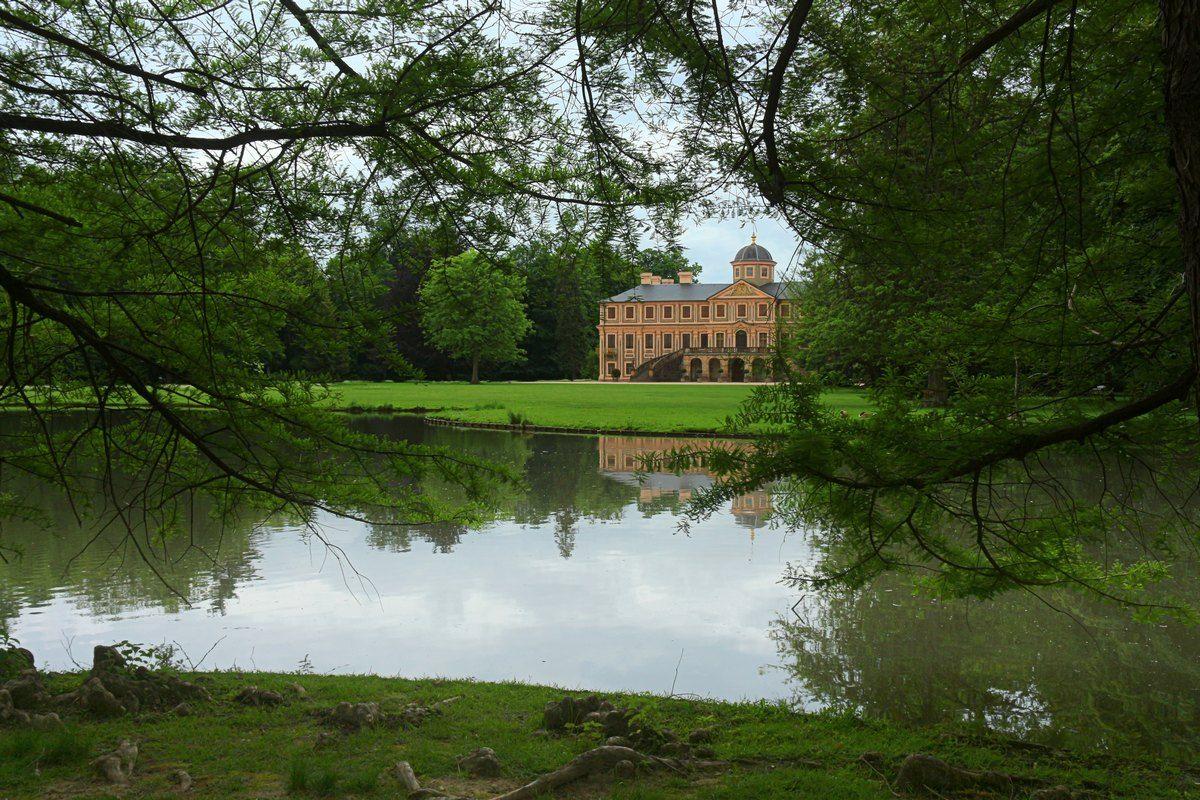 В графском парке Замок парк озеро