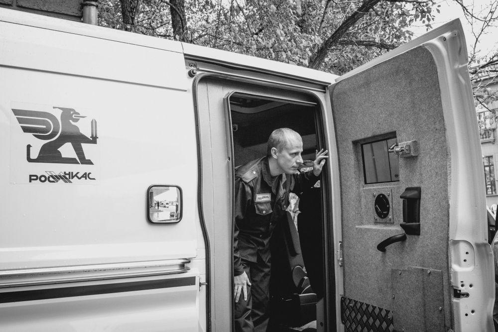 Из серии «Такая работа» работа дело профессия люди Россия банк инкассация инкассатор машина охрана деньги стрит фото улица