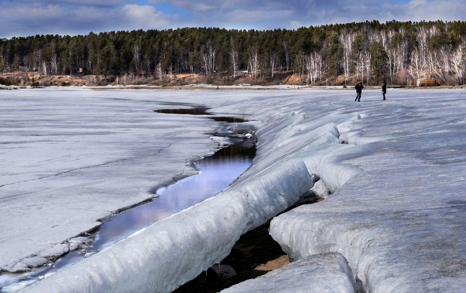 Тающее Обское море. апрельский пейзаж лед