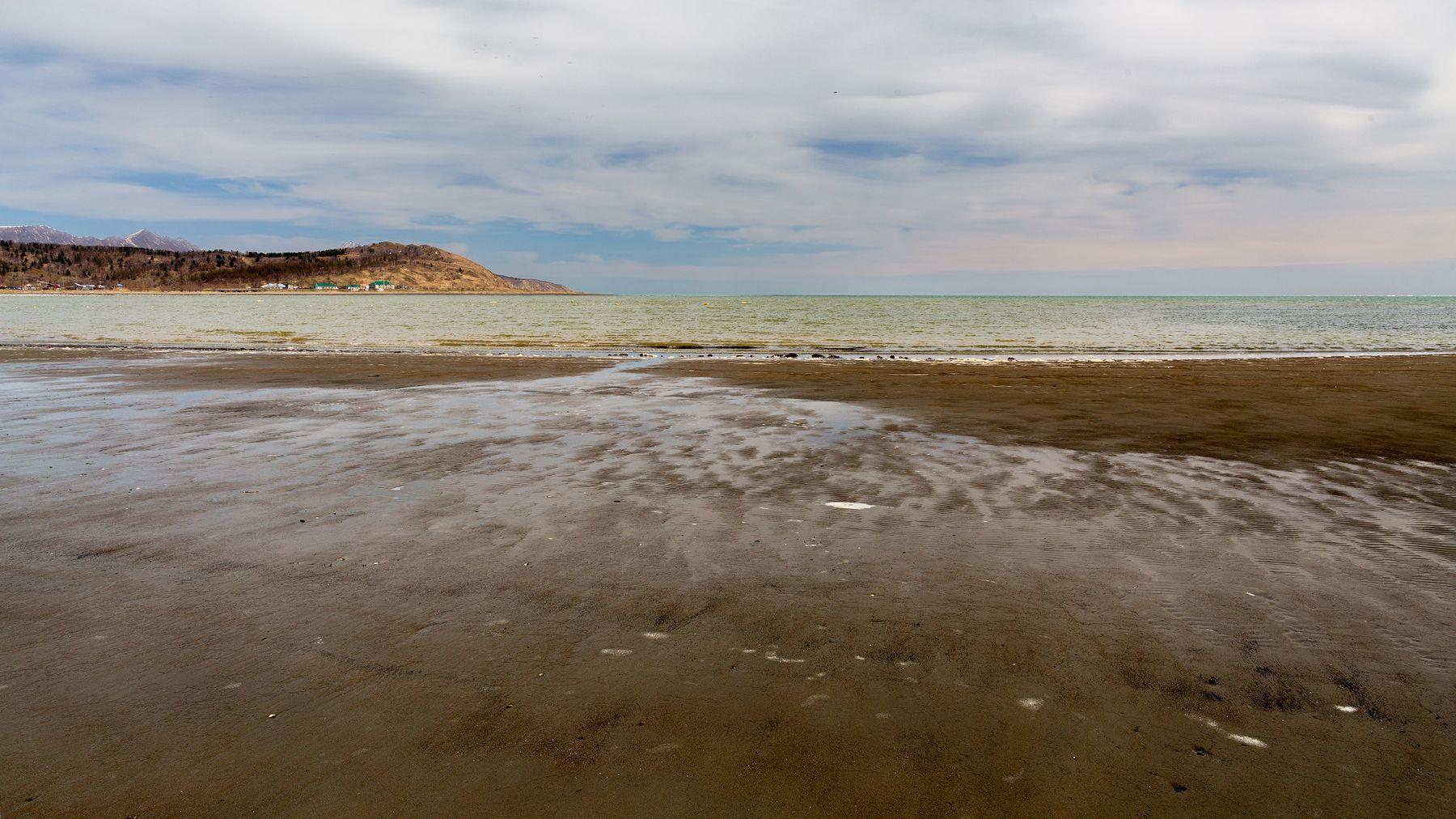 На берегу...