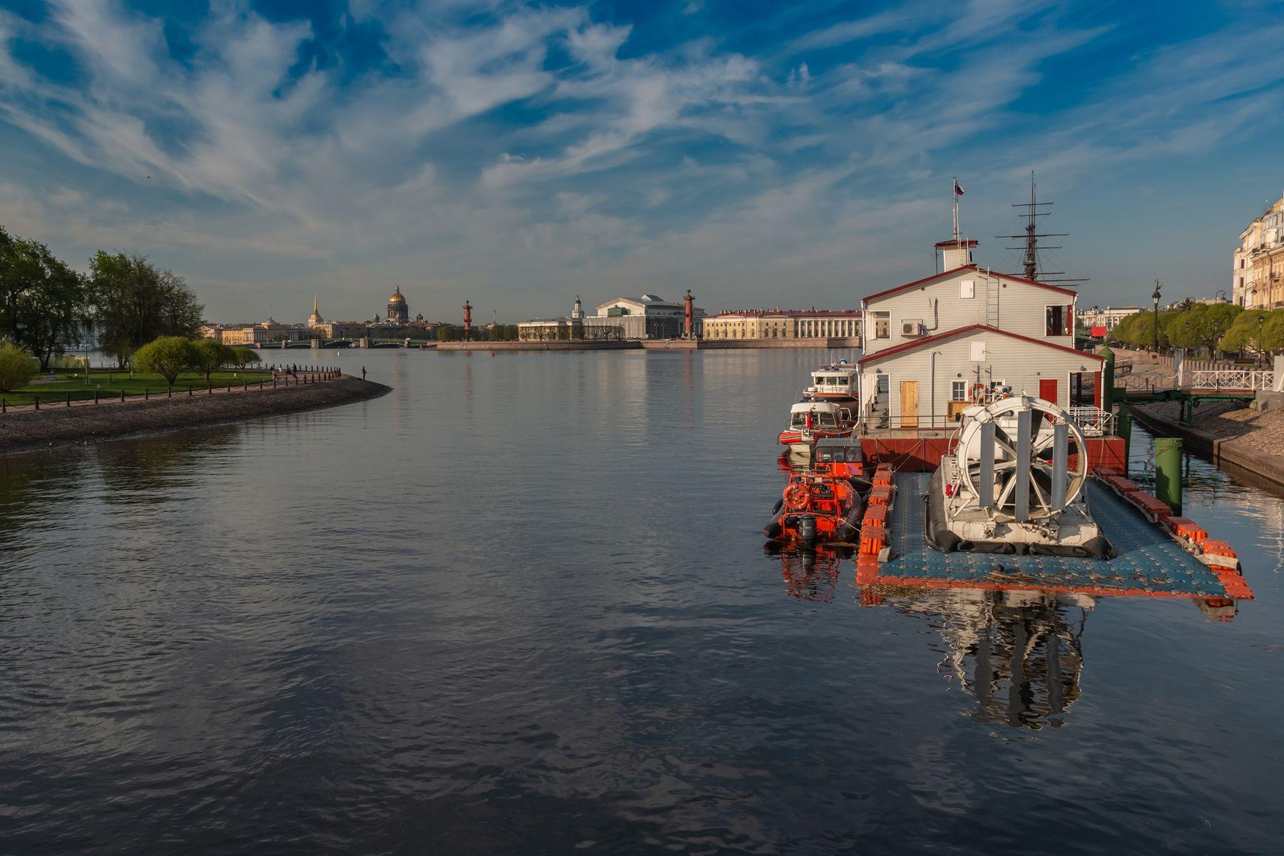 Синее небо, синяя вода Санкт-Петербург утро катер вода отражение облака май небо синева