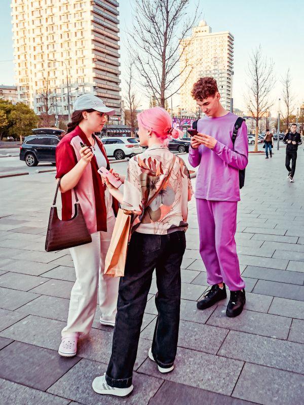 P!nk мода стиль одежда город фото стрит Россия улица парень девушки розовый Москва яркий молодежь модный 2021